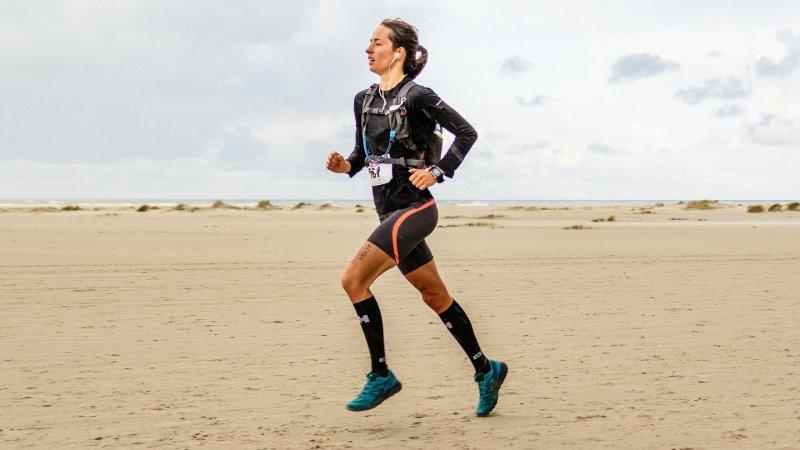 Kim Linstra op het strand tijdens de hele marathon van de Berenloop 2017.
