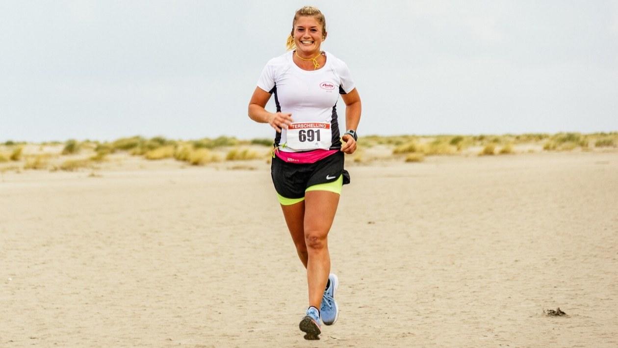 Miny Verheij op het strand tijdens de hele marathon van de Berenloop 2017.