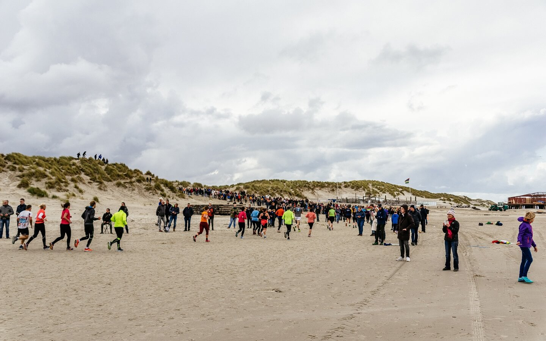Berenlopers bij de strandovergang van West aan Zee tijdens de Berenloop 2017.