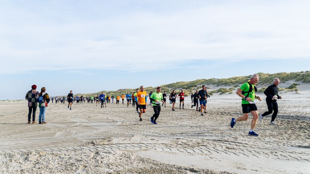 Berenlopers op het strand tijdens de Berenloop 2018.