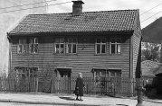 Bolighus i Solheimsgaten, trolig nr. 68. Foto: Gustav Brosing. Billedsamlingen. Universitetsbiblioteket i Bergen.