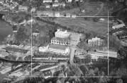 Sverre Munck AS, Møllendal. Thesens hus sees til venstre bildet like innenfor rammen. Foto: Widerøes Flyveselskap 1948. Billedsamlingen UBB. (Kat.sign.UBB-W-SH-013790)