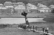 Tysk fly på hodet i myren. Foto: Leif M. Endresen, 1943/44. Universitetsbibliotekets billedsamlinger.
