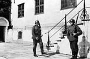 Tysk vaktskifte ved Statsarkivet. Ukjent år og fotograf. Universitetsbibliotekets billedsamlinger.