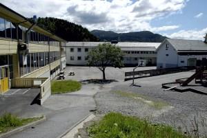 Kyrkjekrinsen skole ble oppført i 1918 og påbygd i 1960-61. Arkitekter, Torgeir Alvsaker og Einar Vaardal-Lunde. Fotograf: Ragnhild Øverland Arnesen. Seksjon informasjon, Bergen Kommune.