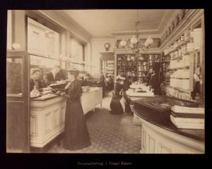 Fra detaljavdelingen i første etasje. Foto fra 1894. Fotograf: O. Svanøe. Arkivet etter Sundt & Co A/S, Bergen Byarkiv
