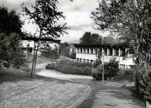 Slåtthaug videregående skole. Svømmehallen i bakgrunnen.<br />Fotograf: Ukjent.<br />Arkivet etter Kom.avd. fritid, kultur og kirke, Bergen Byarkiv.