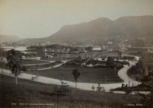 Nygårdsparken ble anlegt i engelsk landskapstil, med buede veier, dammer og broer. Parken åpnet i 1885.