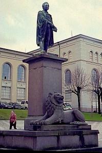 Christiestøtten ble i 1925 flyttet til Muséplassen, og i 1926 kom den snerrende løven av Wilhelm Rasmussen på plass. Fotograf: Norvall Skreien.