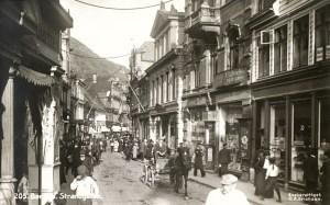 Tidlig på 1900-tallet, før brannen i 1916, var Strandgaten Bergens travleste handlegate. Gammel postkort fra før 1916. Fotograf: C. A. Erichsen. Arkivet etter Formannskapet, Bergen Byarkiv.