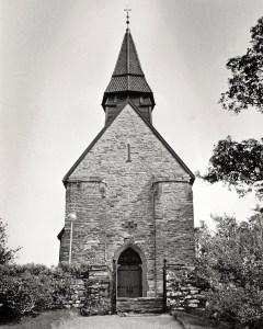 Fana kirke rundt 1980. Fotograf: Ukjent. Fra arkivet etter Morgenavisen A/S, Bergen Byarkiv.