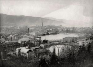 Industri og kraftproduksjon vokste frem i området rundt Nonneseter/Strømmen mot slutten av 1800-tallet. Her etablerte bl.a. Tangen gardinfabrikk og smørfabrikken Ørnen seg. Foto fra omkring 1910. Fotograf: Ukjent Arkivet etter Reguleringsvesnet, Bergen Byarkiv.