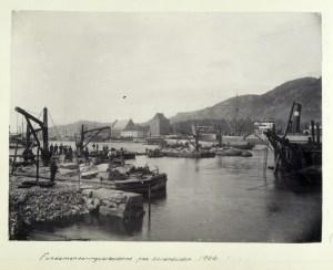 Bygging av kai på Strandsiden i 1904. Steinblokkene ble satt på plass av store vinsjer i tre. Fotograf: Ukjent. Arkivet etter Havnekontor/havnefogd, Bergen Byarkiv.