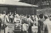 Første skoledag - høsten 1976.  Det var trangt om plassen og de 179 førsteklassingene holdt til i et tilskuddsbygg oppført året før. Ukjent fotograf.