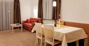 Eine Wohnzimmer-Variante im Appartement Steinrösle im Bergland Appartement | Lech Zürs am Arlberg