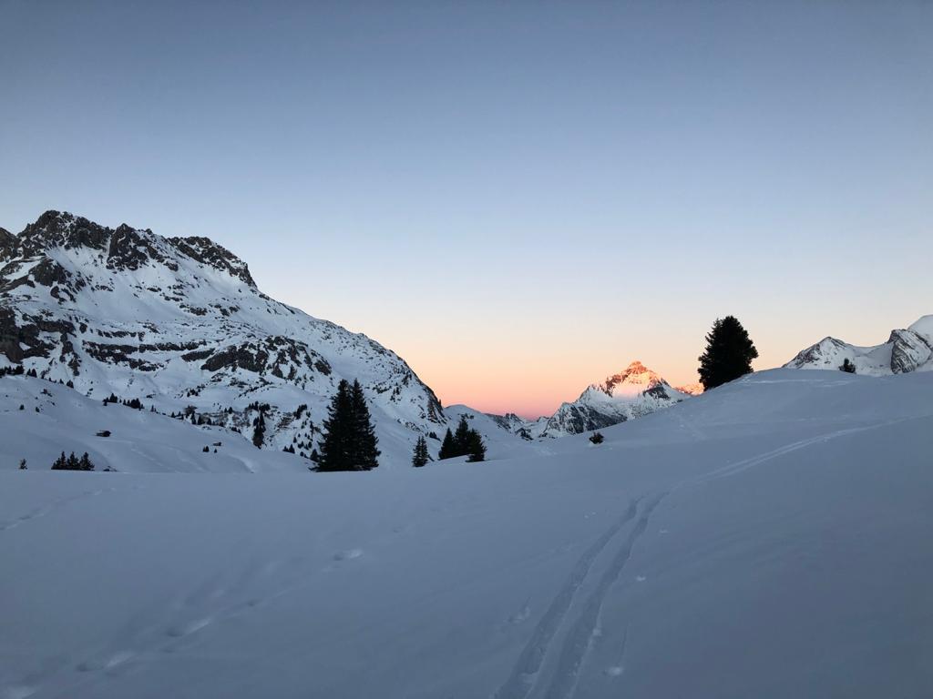 Winterwanderung Abendspaziergang Sonnenuntergang mit Blick Richtung Biberkopf, Bürstegg und Auenfeldsattel