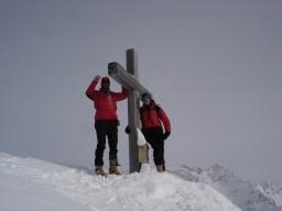 Zufriedene Männer am Gipfelkreuz