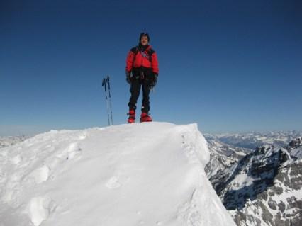 Joe auf der Schneewechte ober dem Gipfelkreuz