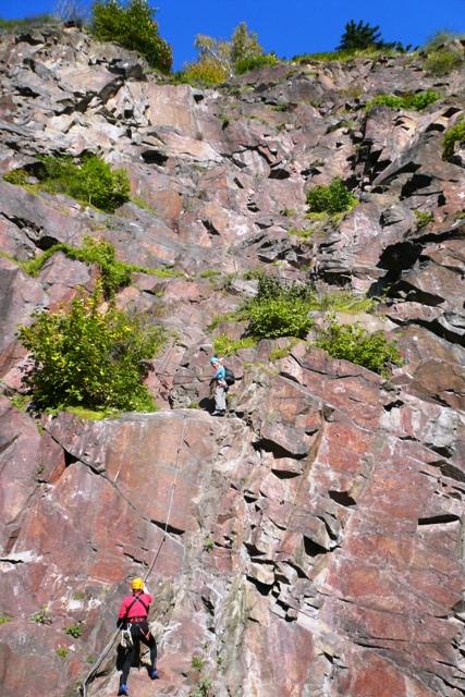 Der Anfang ist Klettersteiges, eine steile Platte gilt zu überwinden