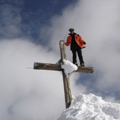 Der Gipfel ist noch mit sehr viel Schnee eingeschneit