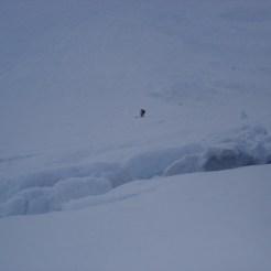 Eine große Schneespalte beim Aufstieg