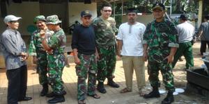 Kapten Arh Didik Wahyudi dan Bersama Anggota dan Masyarakat, saat meminpin anggotanya mengerjakan pengecatan mushola Al-Ihlas