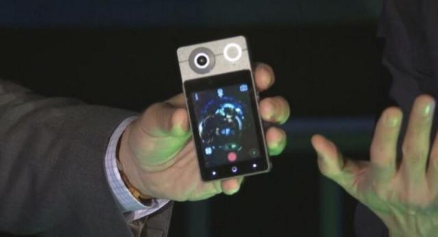 CEO Acer Jason Chen memperkenalkan sesuatu yang cukup unik untuk produk masa depan Acer Acer Pamerkan Holo 360, Ini Kamera VR atau Smartphone? Kamera Tapi Bisa Terima Telepon
