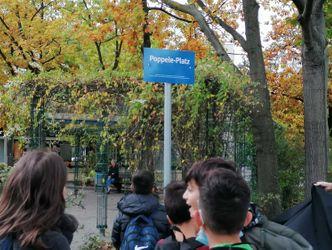 Vergrößerung: Am Mittwoch, 6. Oktober 2021 um 14 Uhr wurde das blaue Schild mit weißer Schrift enthüllt.