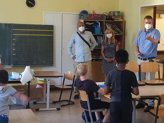 Vergrößerung: Bezirksrat Tobias Dollase (r.) Mit Nina und Olivier Rakotovao vom Träger Favorite Children gUG im Gespräch mit den Studierenden.