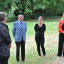 Vergrößerung: Enthüllung des Gedenksteins im Biesdorfer Schlosspark - Dr. Niemann, Nadja Zivkovic und Juliane Witt