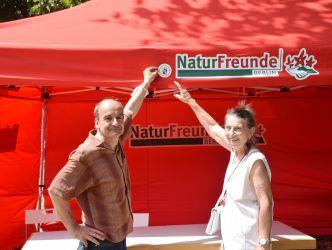 Vergrößerung: Gunter Strüven (links) Landesvorsitzender des Vereins und Sabine Burk (rechts) stellvertretende BVV-Geschäftsführerin mit dem Sonderfonds-Abzeichen