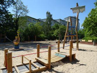 Bildvergrößerung: Der Spielplatz bietet großen und kleinen Kindern viele Möglichkeiten zur Bewegung.