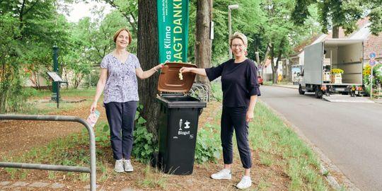 Jana Herschelmann (rechts), Klimaschutzbeauftragte des Landratsamtes Treptow-Köpenick, und Ina Schulze (links) von der Senatsumweltverwaltung bewarben die Biotonne als sinnvolle Ergänzung zum Komposthaufen im Garten im Berliner Stadtteil Müggelheim .