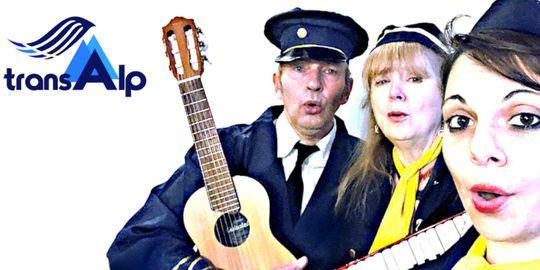 """Drei Personen, gekleidet wie Stewardessen und ein Pilot, stehen mit Gitarre und Keyboard zusammen.  Links daneben befindet sich das """"transAlp""""-Logo."""
