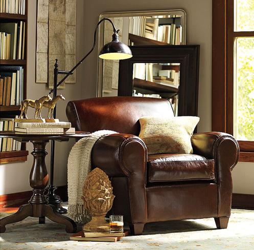 Brauner Ledersessel mit Wänden und Fußboden in Greige