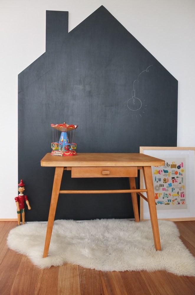 Tafelfarbe im Kinderzimmer: Wandgestaltung mit Tafellack in Hausform.