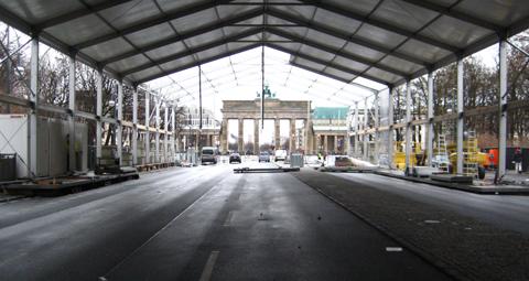 Vorbereitacungen auf die Mercedes-Benz Fashion Week 2012 am Brandenburger Tor