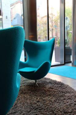 Lounge mit Egg Chairs, so kennt man Motel One Hotels