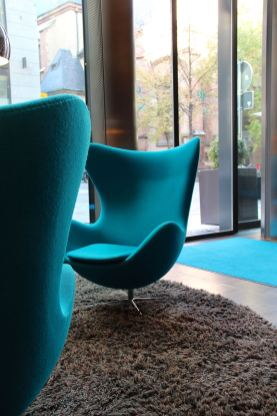 Lounge mit Egg Chairs, so kennt man Motel One Hotels