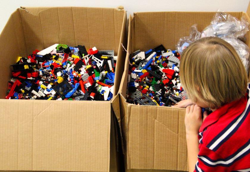 Geschichten vom Scheitern: Zwei Kartons voller LEGO Steine und unendlich viele Möglichkeiten.