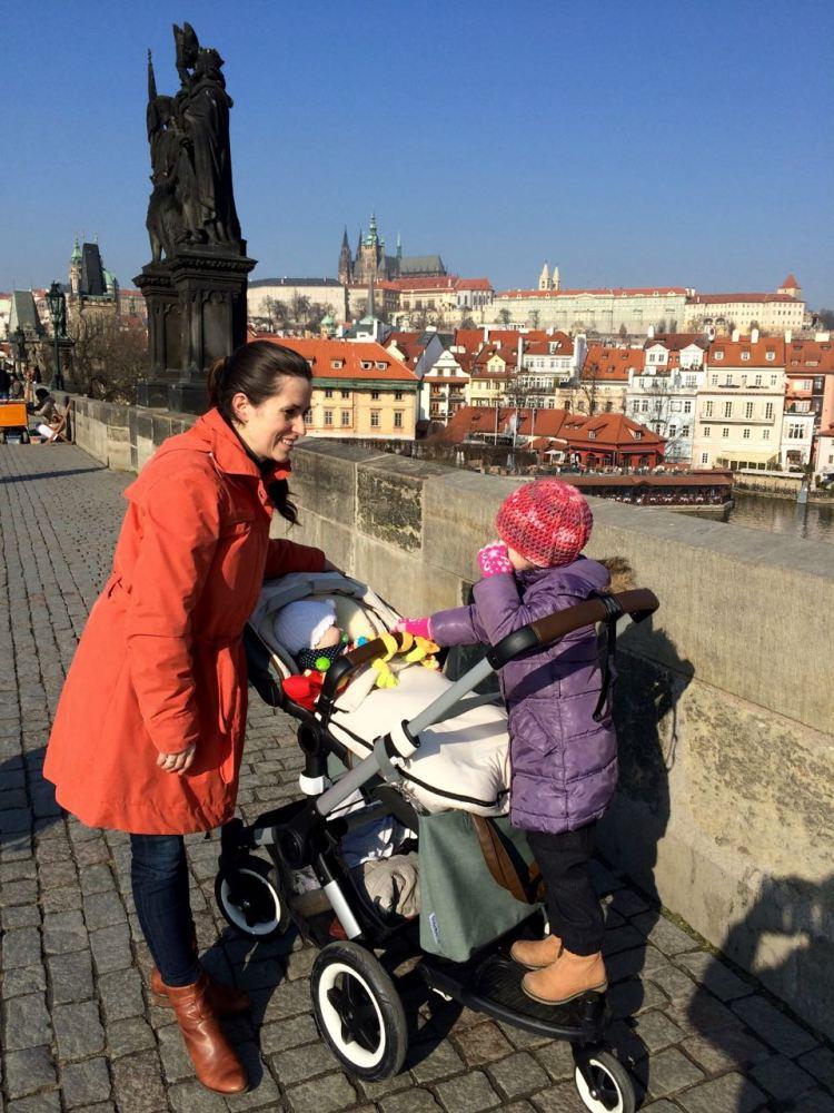 Viel Spaß auf der Karlsbrücke: Ein Kind im Wagen, ein Kind auf dem Mitfahrbrett.