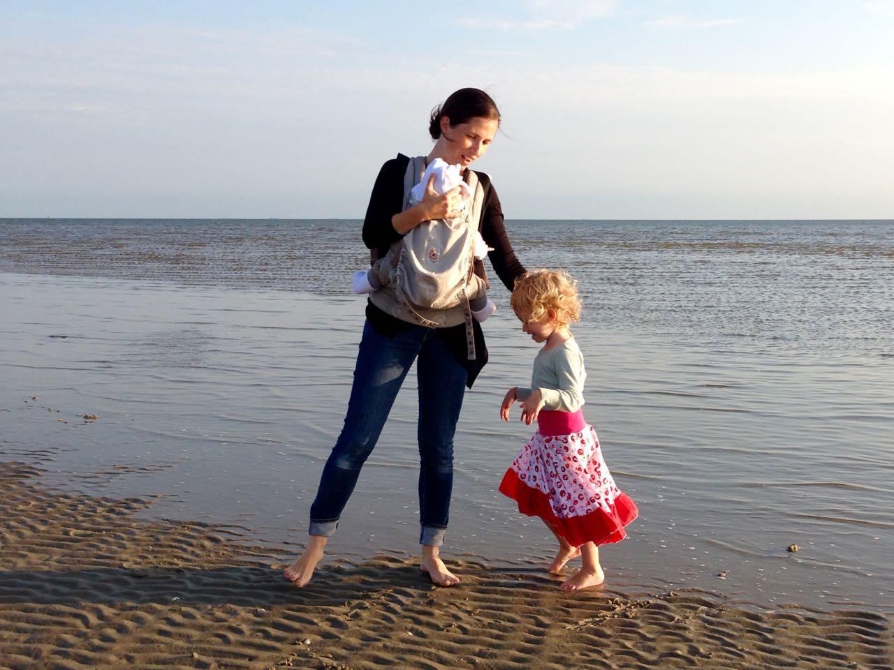 Mit den Mädchen und dem Ergobaby Organic Carrier am Strand von Föhr
