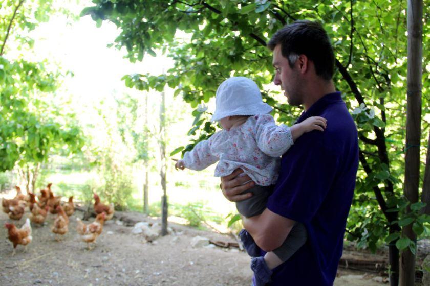 """Andreas Tauber zeigt dem kleinen Mädchen die """"Gogg Goggs"""""""