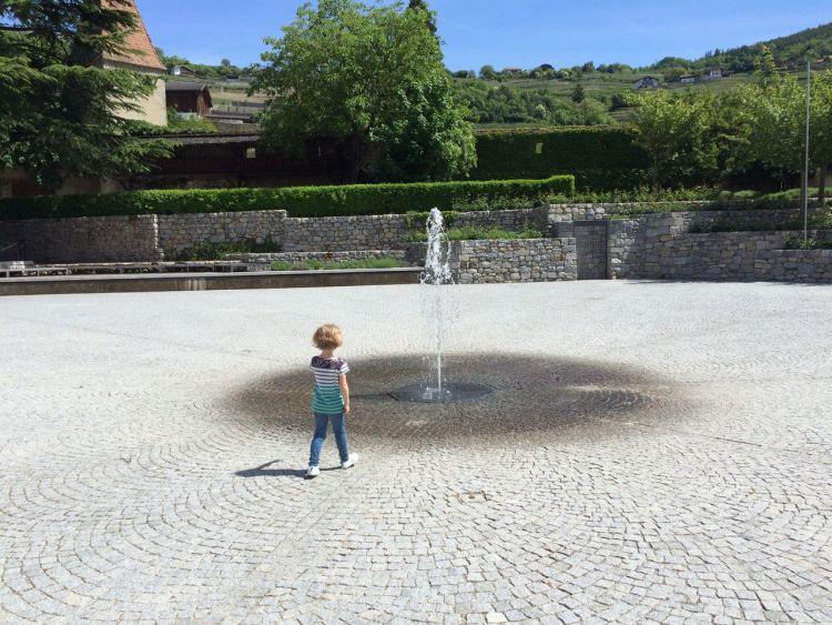 Die Fontäne der Klosteranlage ist ein Magnet für Kinder