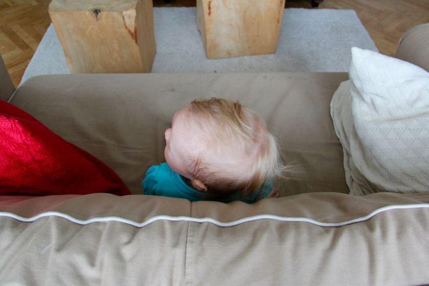 Sofa erklommen! Kind 3.0 ist glücklich auf ihrem Aussichtsturm.