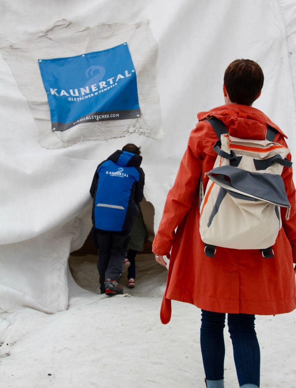 Das Kühlfach vom Strandrucksack wird auf dem Gletscher kurzerhand zum Isolierfach für heißen Tee.