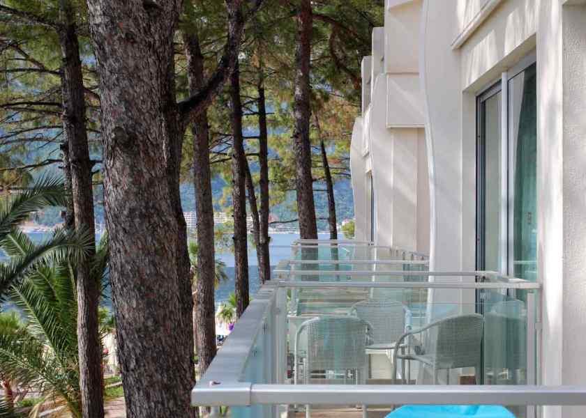 Ein kurzer Blick auf die Balkone der Nachbarzimmer.