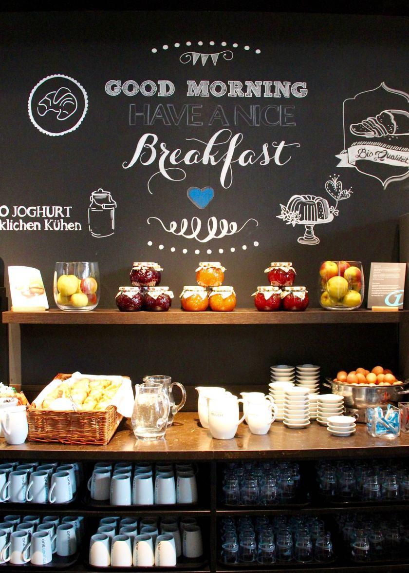Kein guter Morgen ohne Frühstück - liebevoll angerichtet im Motel One München-City-Süd