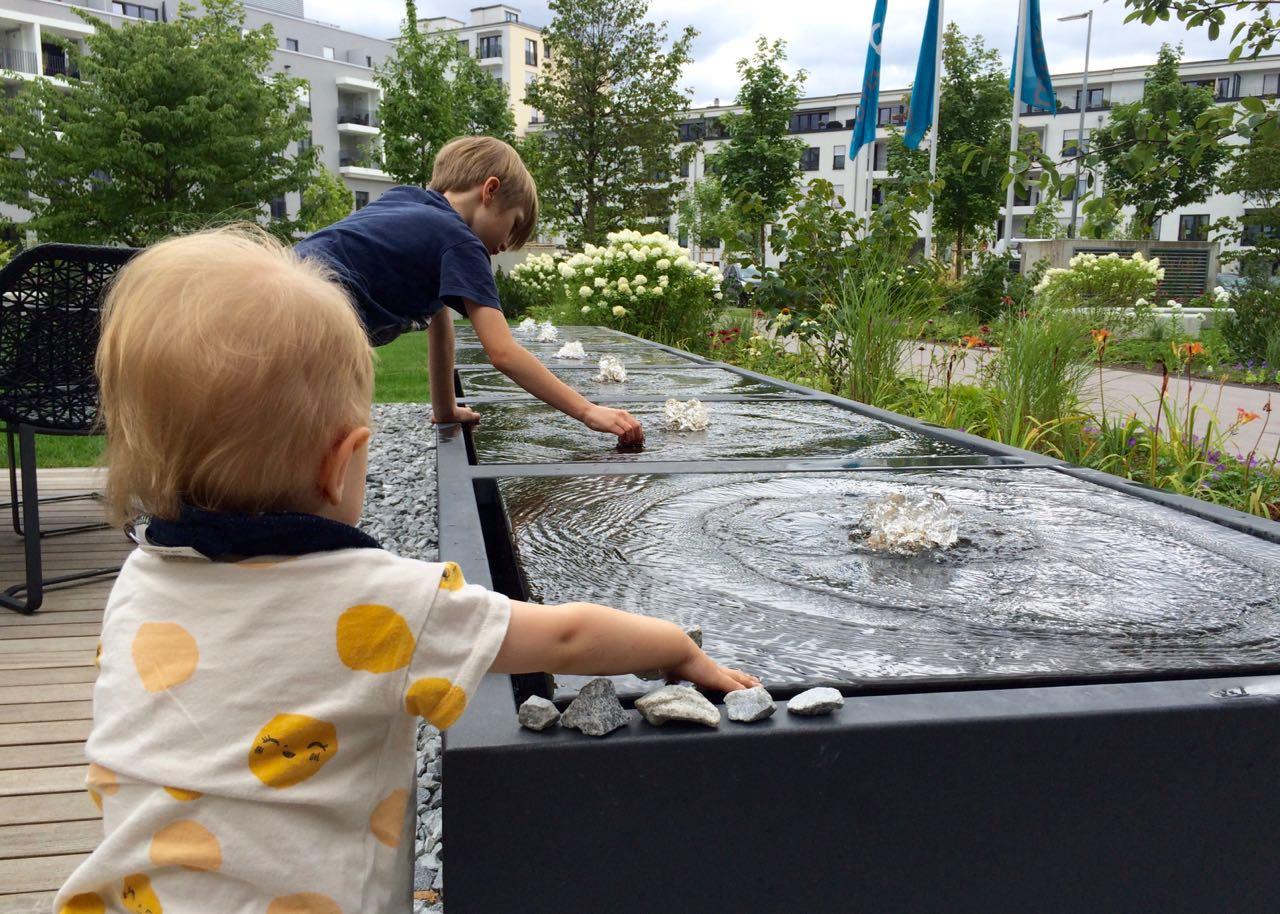 Magnet für Kinder: Die Wasserspiele vor dem Motel One München-City-Süd