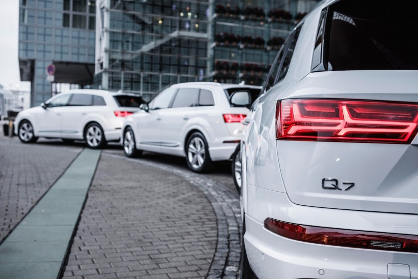 Mit dem neuen Audi Q7 geht's vom Flughafen München zur Teststrecke.